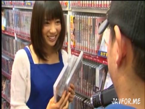 伊東遥ちゃんがAVショップの店員になりすまして素人男性を逆レイプ!