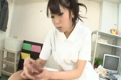 【手コキエロ動画】痴女ナースがやらしい下着見せながら手コキで患者の精液を搾り取る