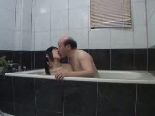 母親がいない間にロリっ娘の女子校生がお風呂場で義父に犯されちゃう
