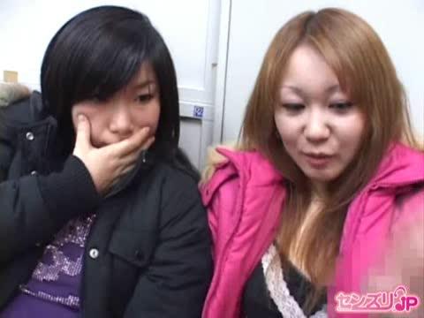期待と不安が入り混じる表情で初めてのセンズリ鑑賞に来た尻軽系素人娘たち!