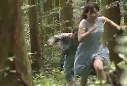 森林の中、人妻を追っかけレイプ中出しするオッサン