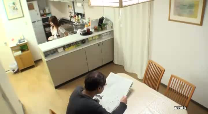 成瀨心美ちゃんの家に侵入して親父さんのすぐ側でこっそりパコ