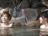 混浴露天風呂に来た若い人妻が見知らぬ男にWレイプで泣きじゃくりw