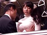 巨乳お姉さんがバスの中で他の乗客を気にせず堂々とファック!