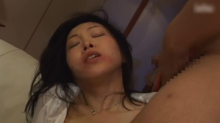 人妻の緊縛エロ動画無料。娘を庇い娘の目の前で緊縛調教されてしまう哀れな人妻