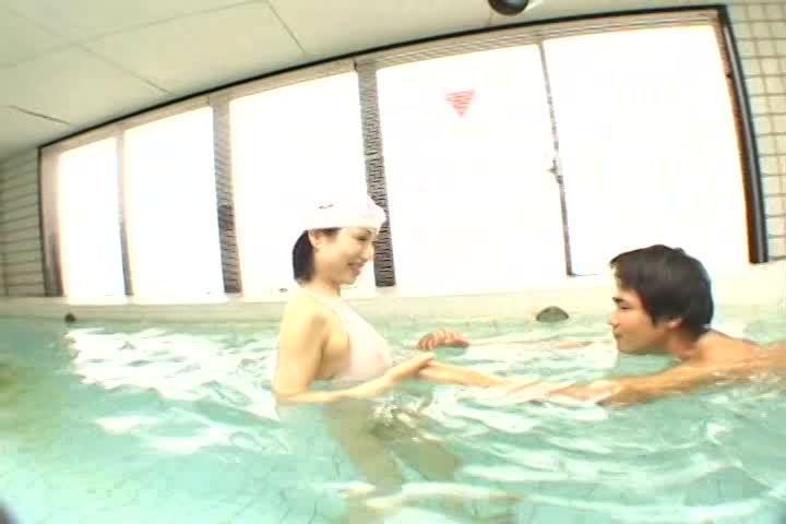 水着の熟女の中出しエロ動画無料。競泳水着の熟女ママがプールで息子と近親中出し