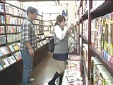 神保町の本屋で官能小説立ち読みするJKをバックハメ