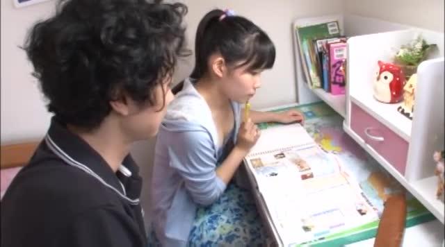 家庭教師のお兄さんにパイパン見せつけ誘惑する清純系ロリっ娘