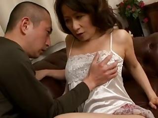 欲求不満な熟女が男を誘惑しセックスに持ち込むw