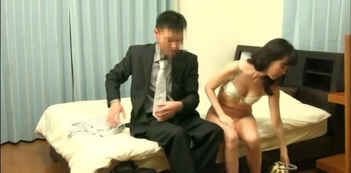 淫乱の素人女性の不倫エロ動画無料。旦那がいない間に不倫相手を連れ込みセックスを楽しむ淫乱妻
