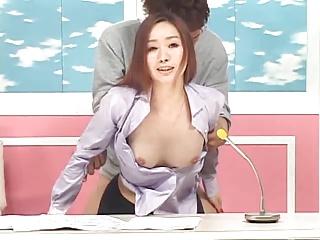 生放送中に透明人間からのイタズラも挿入にも動じない女子アナの鏡