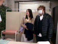 夫の横でマッサージ師にレイプされた美人妻を盗撮!