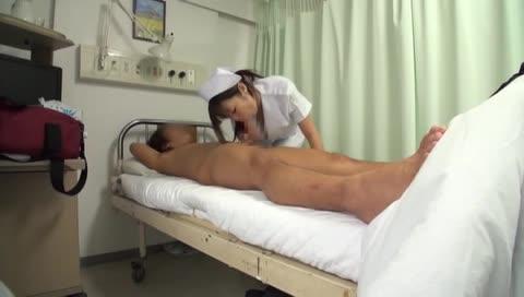 巨乳ナースが患者さんの勃起したおちんぽにフェラご奉仕w