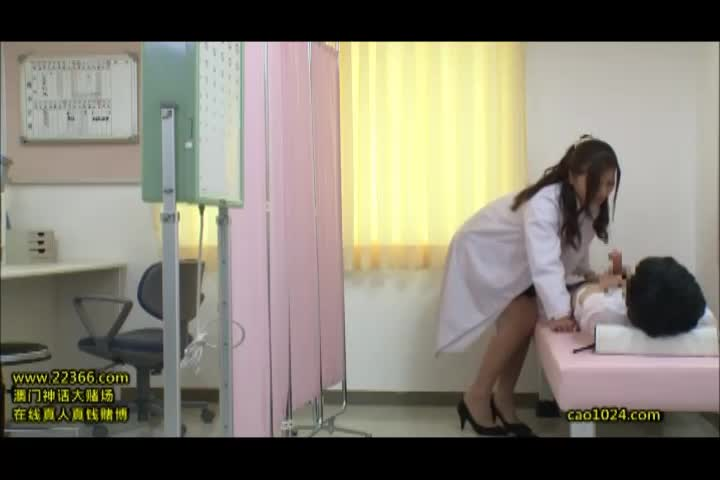男子生徒のデカマラを見てしまった保健室の美人先生が誘惑