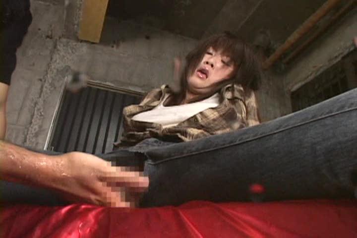 神乳おっぱいお姉さんのデニムに穴を開けて挿入する着衣セックス!