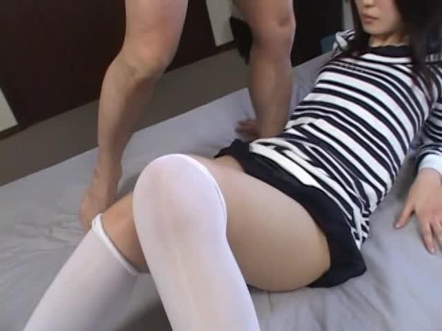 可愛い素人娘にニーハイを装備させてハメ撮り着衣SEXを楽しむ!
