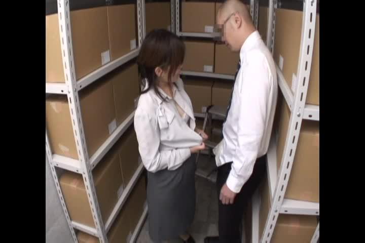 会社の倉庫にて次から次へと仕事中のOLが同僚連れ込みフェラ抜き!