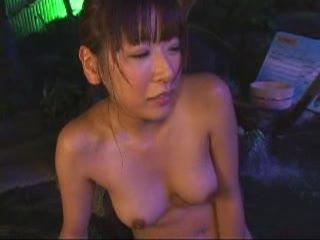 露天風呂で襲われる新人リポーターがオチンポの快楽に落ちる