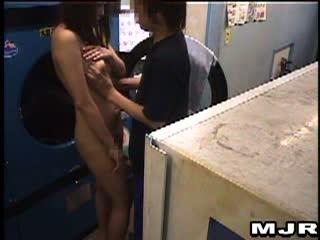 深夜のコインランドリーで着てる服も洗濯したら男性客きて犯されちゃう素人娘
