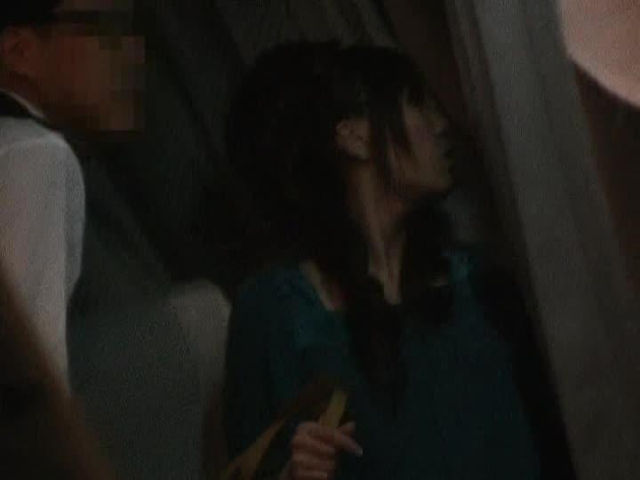 夜行バスの狭いトイレ内で鬼畜男にイラマチオ痴漢されるお姉さん