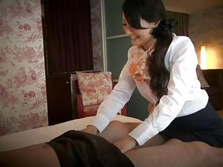 清楚な人妻エステティシャンが客のチンポを触って誘惑ハメ!