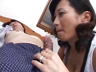 Gカップの爆乳お母さんが息子の寝込み襲ってこっそりフェラ!