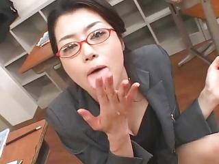 エロい音たててバキュームフェラする淫乱女教師に大量ぶっかけ!