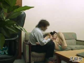 息子の受験のために盗撮されてるとも知らず体を使った裏取引をする奥さん