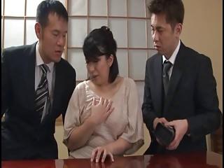 巨乳未亡人妻がまさかの・・・!夫の元同僚に3P調教される!