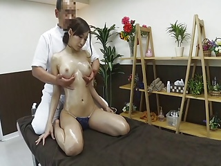 エロマッサージ師にハメられて中出しされるスレンダー巨乳美女w