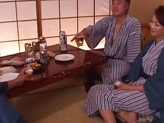 上司と上司の奥さんと一緒に温泉旅館行ったら上司が寝た瞬間に奥さんが襲ってきたwww