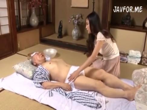 絶倫ジジイが介護してくれる息子妻とハメまくりw