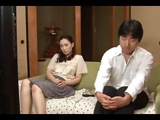 欲求不満すぎる人妻が・・・まさかの自分の息子と近親相姦!