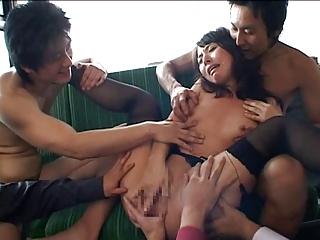 大沢佑香がバス内で集団レイプされ大量潮吹き