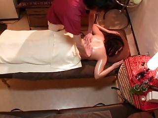 素人妻がタイ古式マッサージ店で熟した体を揉みしだかれて自ら肉棒を求めてしまうw