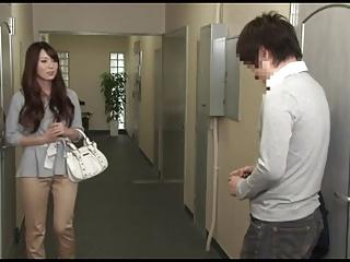 波多野結衣がマンションの廊下で痴女ってハメ!