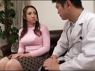 医者の男たちに痴漢される巨乳でムチムチの綺麗な美人妻