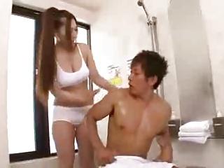 洗体エステティシャンがおっぱい押し付けてイケメン客を誘惑!