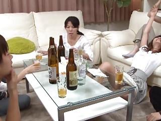 宅飲みで酔いすぎてレズってた巨乳娘2人に巨根見せつけたら3Pセックスできたったw
