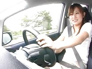 運転中の巨乳人妻にチンポ挿入してドライブしながら中出しSEXする危険なプレイw