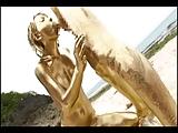 金色のペインティングをした男女がビーチで豪快に野外3P!