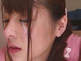 若人妻の柚本紗希が寝てる夫を横目に息を殺してストレス発散!