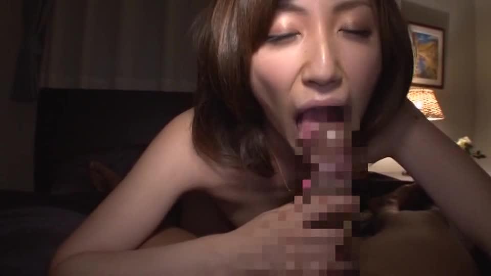 素人妻が自宅に年下男を連れ込み寝室でダンナに内緒で不倫SEX!