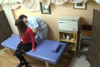 マッサージ中の人妻が男性施術師のチンポに欲情し自ら腰フリ騎乗位で弄ぶ
