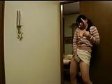 娘と家庭教師がセックスするところを覗き発情した美人妻