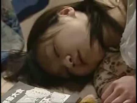 無防備に寝てる娘にタガが外れた変態親父が近親相姦