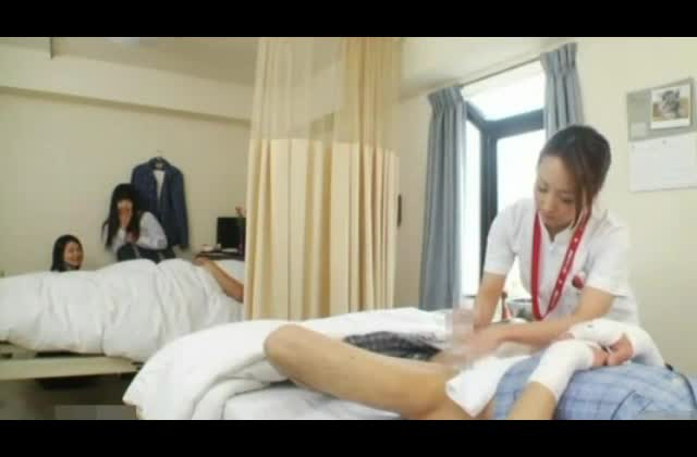 お見舞いのJKたちに笑われながら看護師さんにチンポ洗浄される羞恥プレイ!