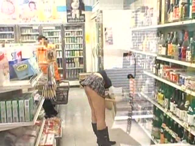 野外露出でしか興奮しない変態痴女巨乳お姉さんを街中やお店で半ケツ状態ハメ!