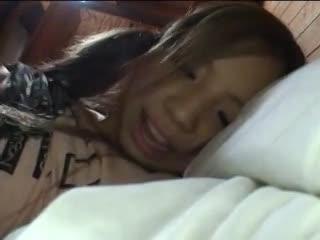 寝起きギャルにチンポぶち込み→レイプ気味のハメ撮り!