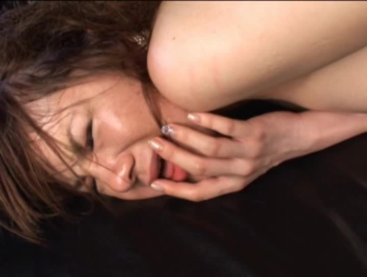 男達を誘惑するエロ女がアナルにチンポを誘導する淫乱プレイ